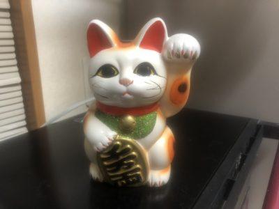 右手上げの白い招き猫