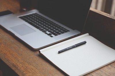 パソコンとノート(StartupStockPhotosによるPixabayからの画像)